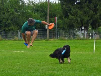 Frisbeespieler springt in die Luft