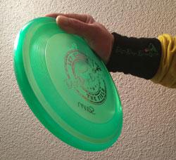 Rückhand: Frisbee fest in die Hand nehmen