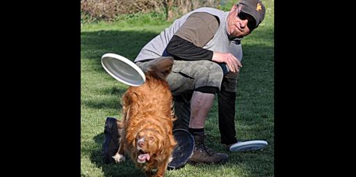 Sandro und Chetana spielen Dogfrisbee