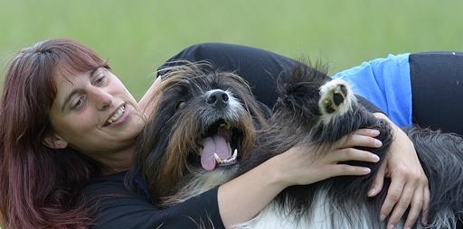 Sandra kuschelt mit Hund Sammy Lee